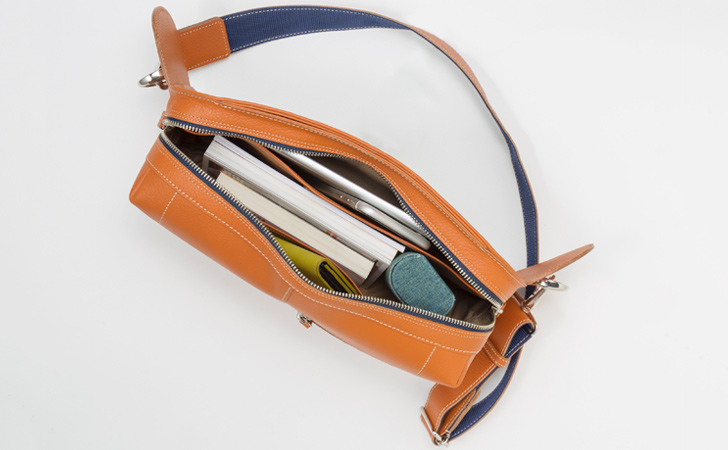 タブレットや雑誌が入る革のボディバッグ